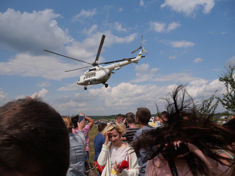 На Калущині тисяча людей зустріли Зеленського на аварійному мості 11