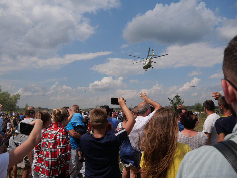 На Калущині тисяча людей зустріли Зеленського на аварійному мості 12