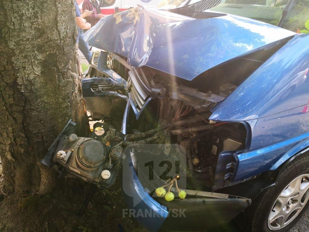 У Франківську мікроавтобус врізався у дерево – за кермом була нетвереза жінка 2