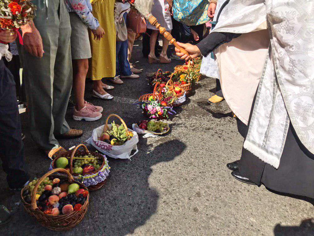Франківці в храмах освячують кошики з фруктами 16