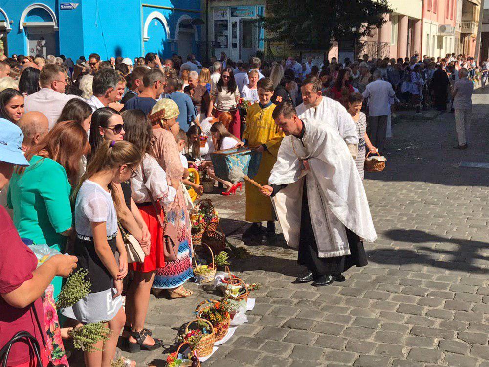 Франківці в храмах освячують кошики з фруктами 14