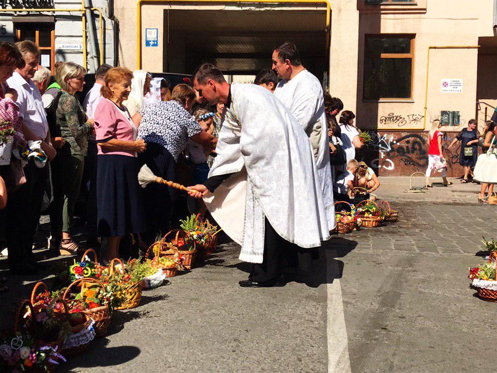 Франківці в храмах освячують кошики з фруктами 18