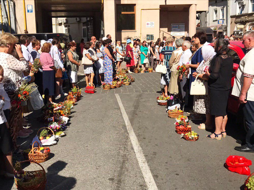 Франківці в храмах освячують кошики з фруктами 11