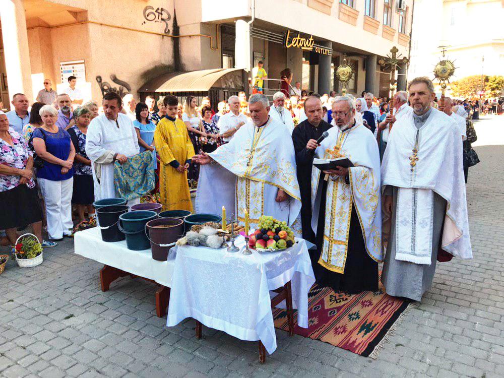 Франківці в храмах освячують кошики з фруктами 5