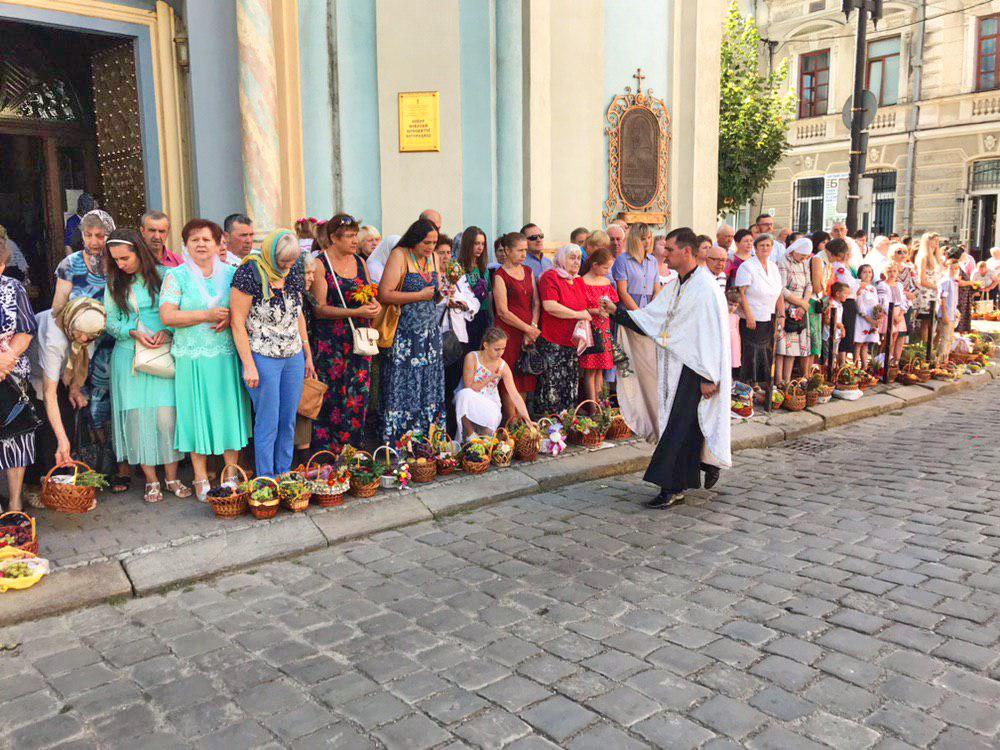 Франківці в храмах освячують кошики з фруктами 10