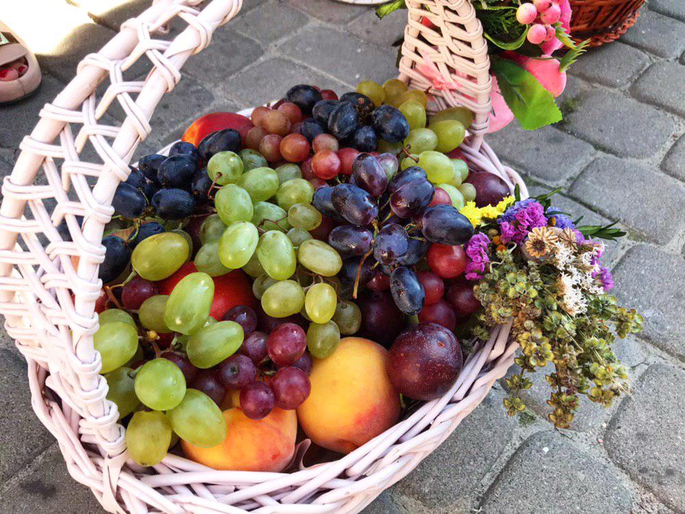 Франківці в храмах освячують кошики з фруктами 6