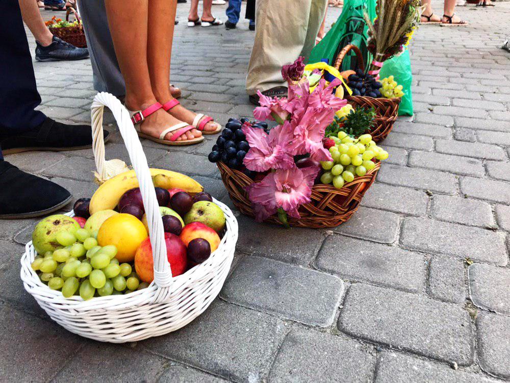 Франківці в храмах освячують кошики з фруктами 4
