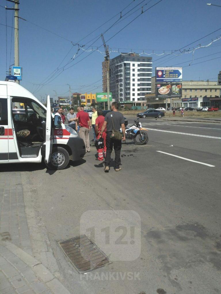 У Франківську джип порушив правила і збив мотоцикл 2