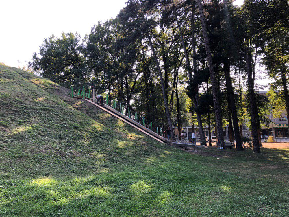 У центральному парку Франківська облагороджують гірку для скелелазіння 2
