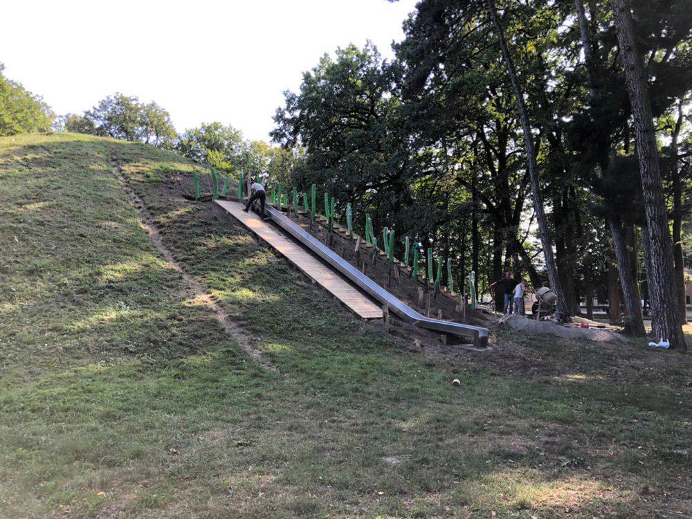 У центральному парку Франківська облагороджують гірку для скелелазіння 3