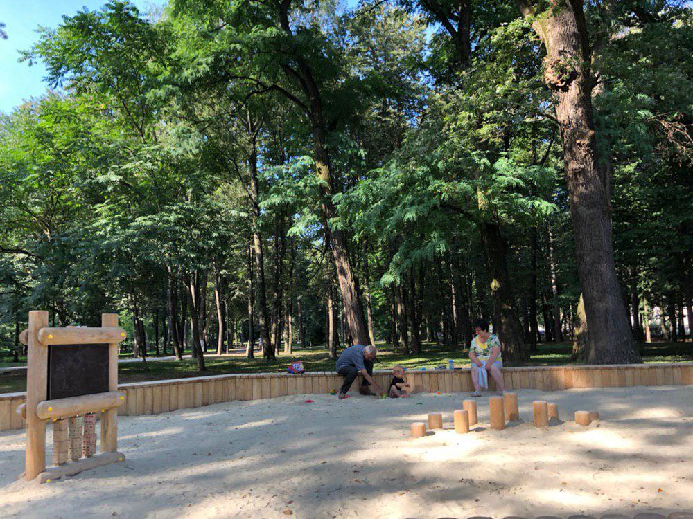 У центральному парку Франківська облагороджують гірку для скелелазіння 1