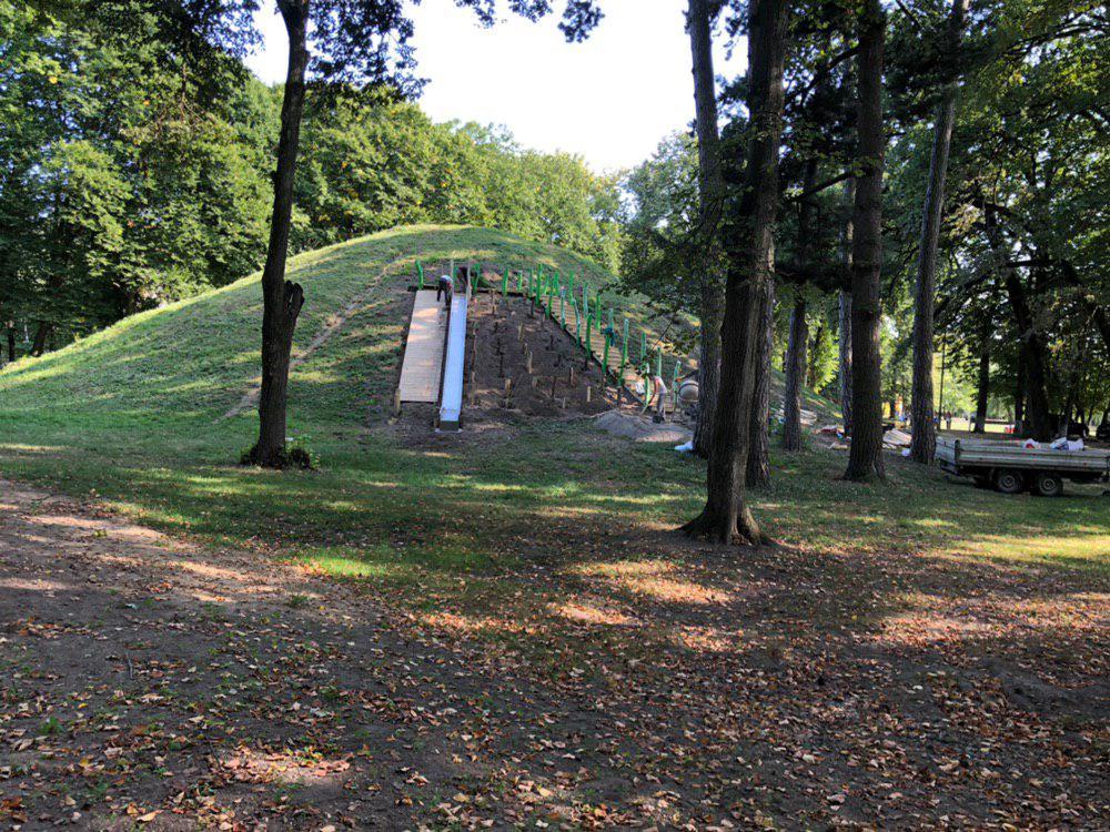 У центральному парку Франківська облагороджують гірку для скелелазіння 4