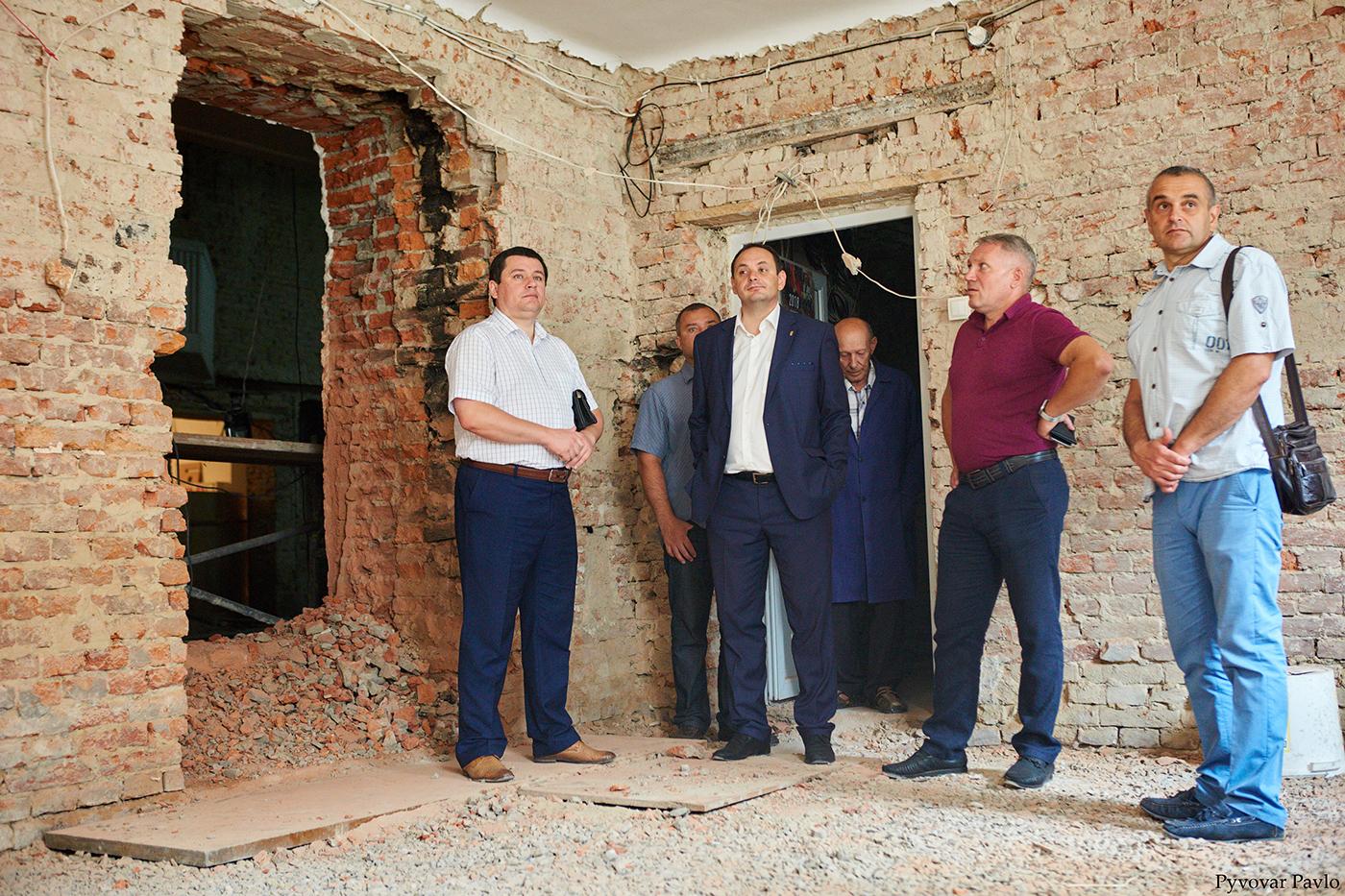У Франківську триває ремонт Центрального народного дому 10