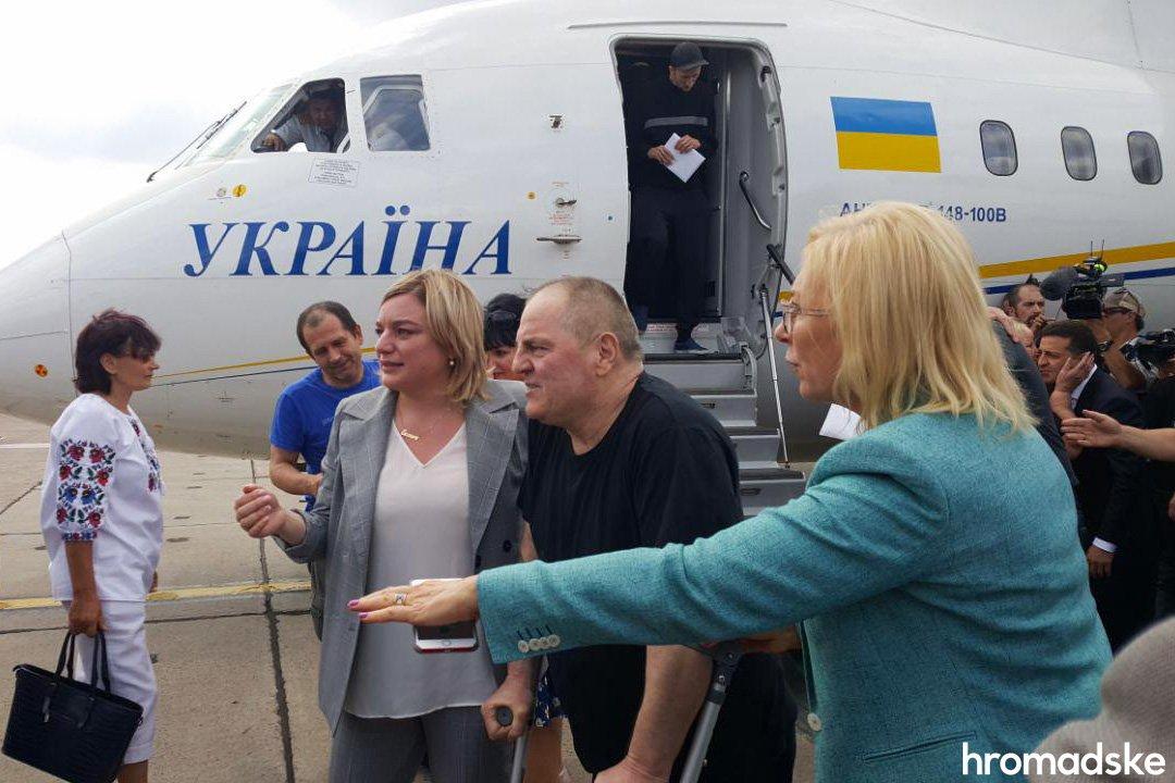 Моряки, Сенцов, Балух та інші: у Борисполі зустріли бранців Кремля 4