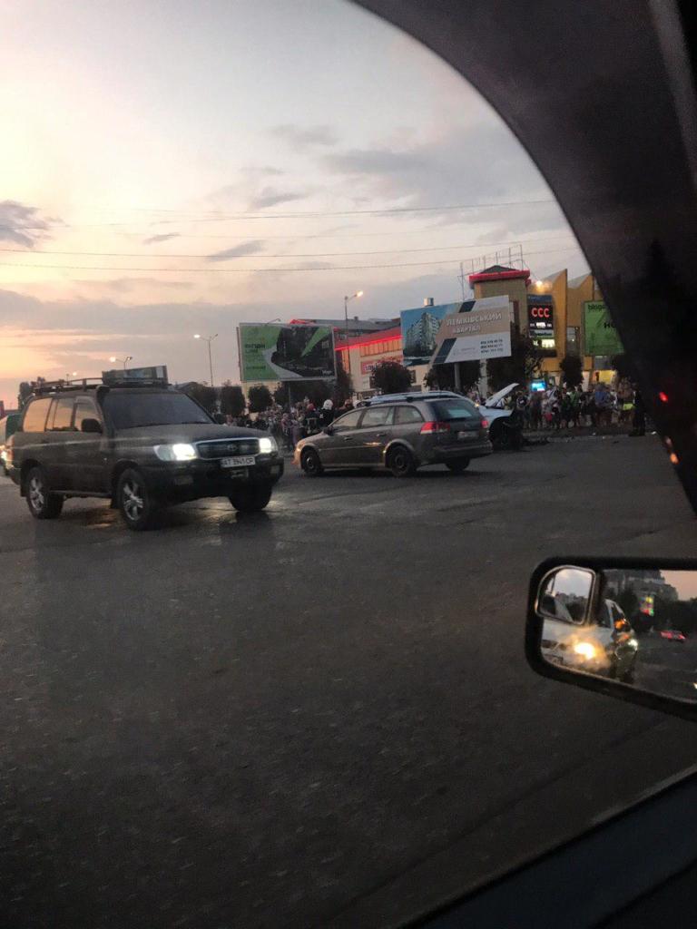 """У Франківську серйозна ДТП біля """"Велесу"""" – позашляховики розбилися вщент. ФОТО 4"""