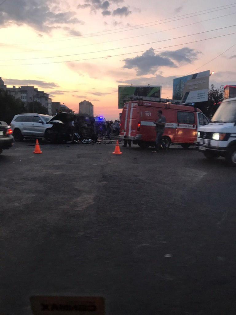 """У Франківську серйозна ДТП біля """"Велесу"""" – позашляховики розбилися вщент. ФОТО 2"""