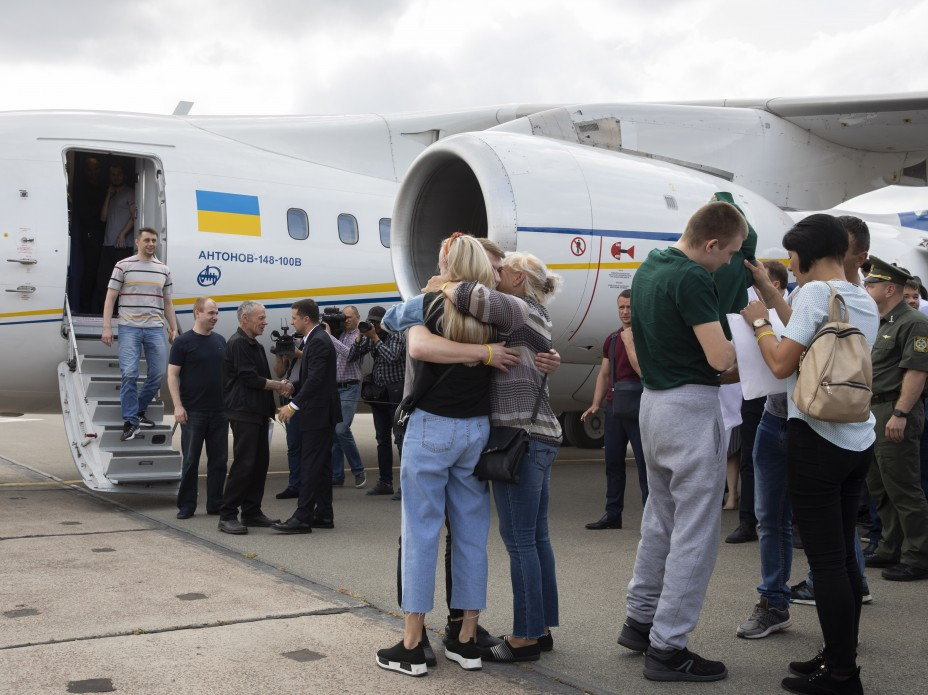 Моряки, Сенцов, Балух та інші: у Борисполі зустріли бранців Кремля 12