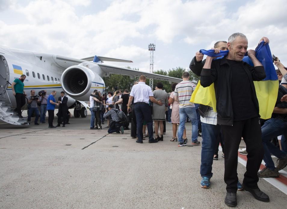 Моряки, Сенцов, Балух та інші: у Борисполі зустріли бранців Кремля 14