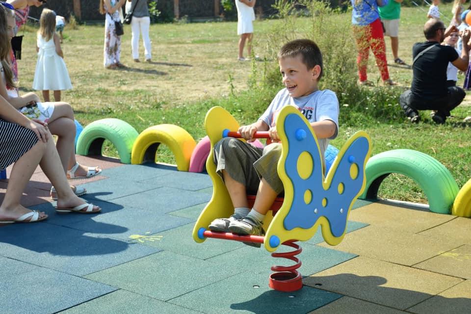 У Франківську відкрили інклюзивний дитячий майданчик 2