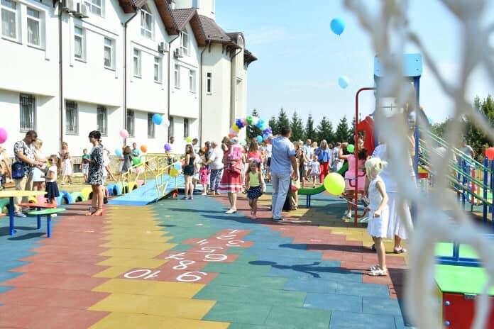 У Франківську відкрили інклюзивний дитячий майданчик 6