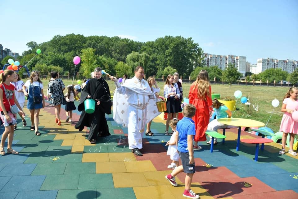 У Франківську відкрили інклюзивний дитячий майданчик 8
