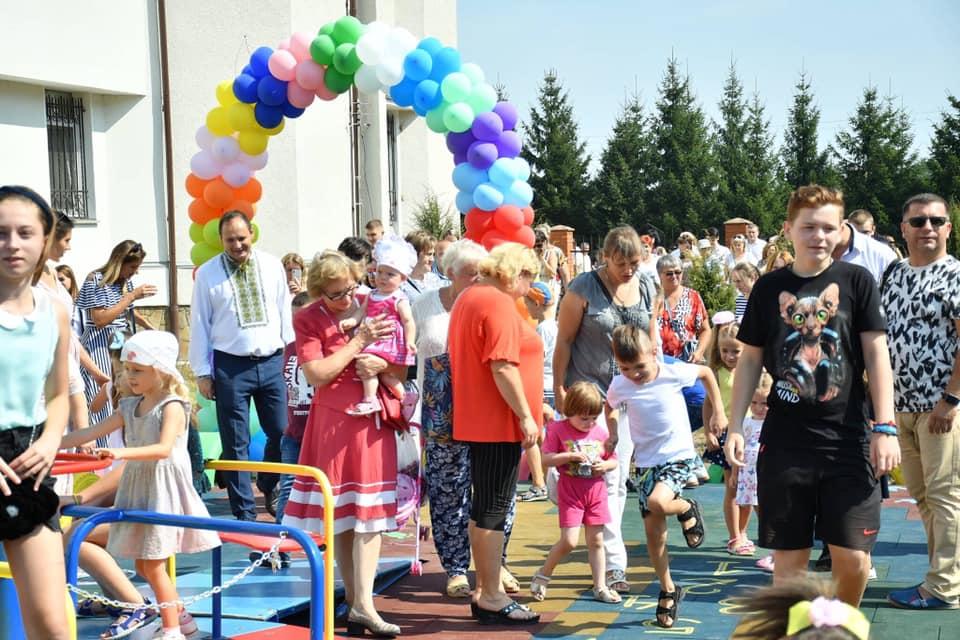 У Франківську відкрили інклюзивний дитячий майданчик 10