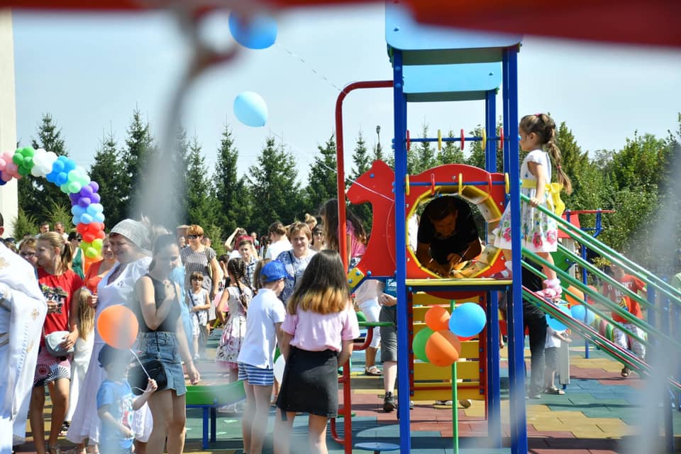 У Франківську відкрили інклюзивний дитячий майданчик 12