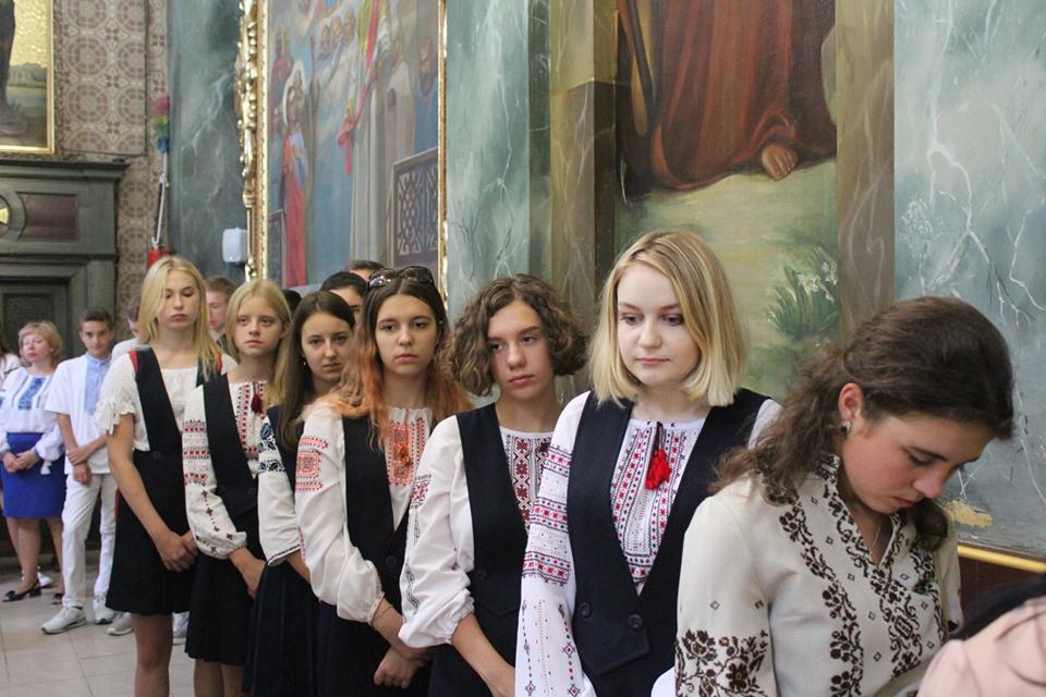 У франківській катедрі вчителів, учнів та батьків благословили на успішний навчальний рік 10