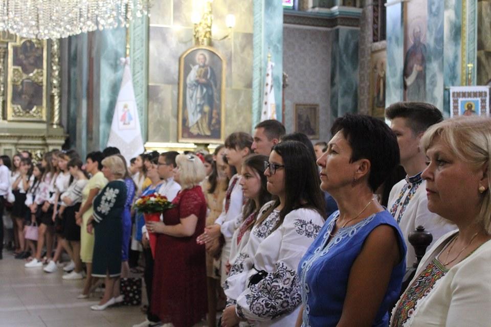 У франківській катедрі вчителів, учнів та батьків благословили на успішний навчальний рік 12