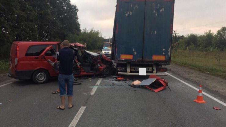"""На Прикарпатті """"Мерседес Віто"""" врізався у вантажівку – загинув молодий чоловік 1"""