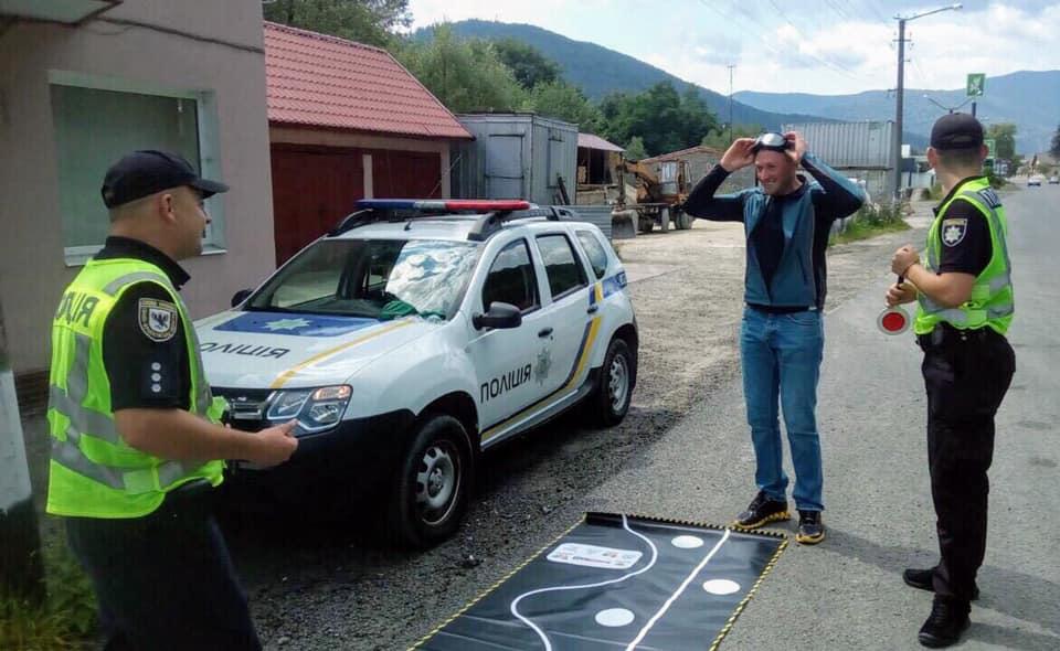 Прикарпатські поліцейські презентують водіям «п'яні» окуляри 1