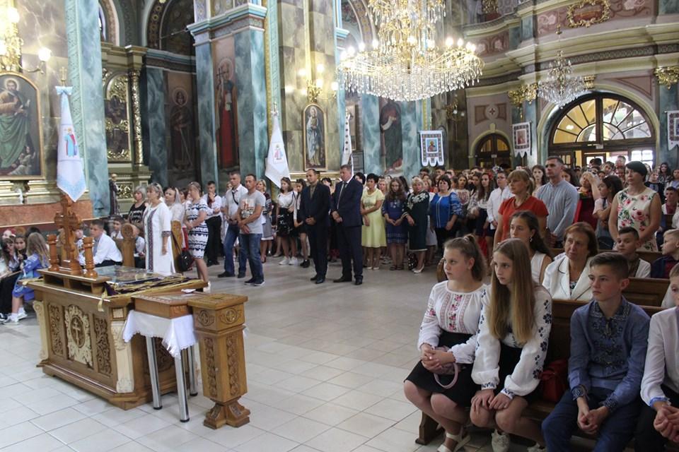 У франківській катедрі вчителів, учнів та батьків благословили на успішний навчальний рік 18