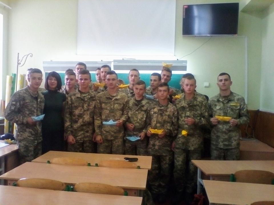 У Прикарпатському військово-спортивному ліцеї влаштували флешмоб на звільнення полонених моряків 5