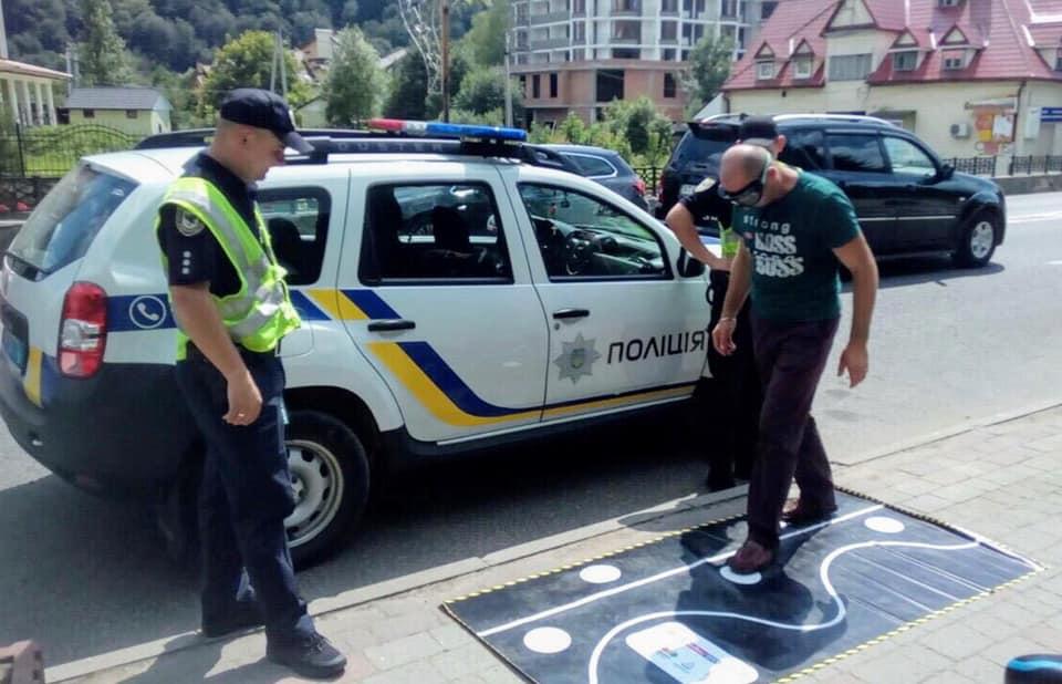 Прикарпатські поліцейські презентують водіям «п'яні» окуляри 2
