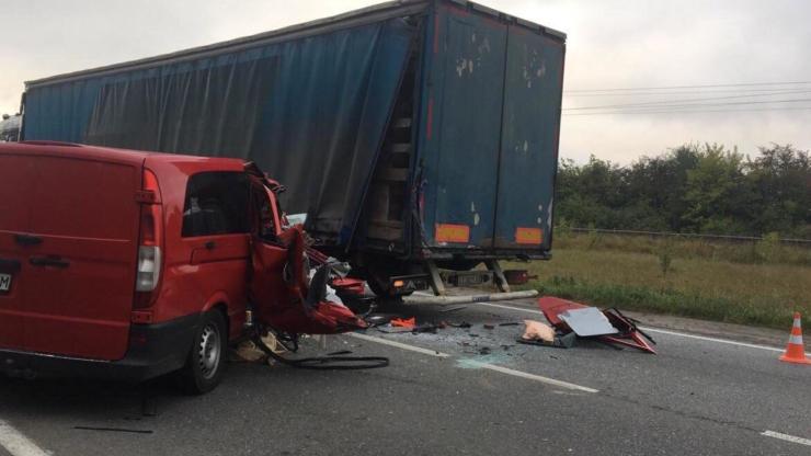 """На Прикарпатті """"Мерседес Віто"""" врізався у вантажівку – загинув молодий чоловік 2"""