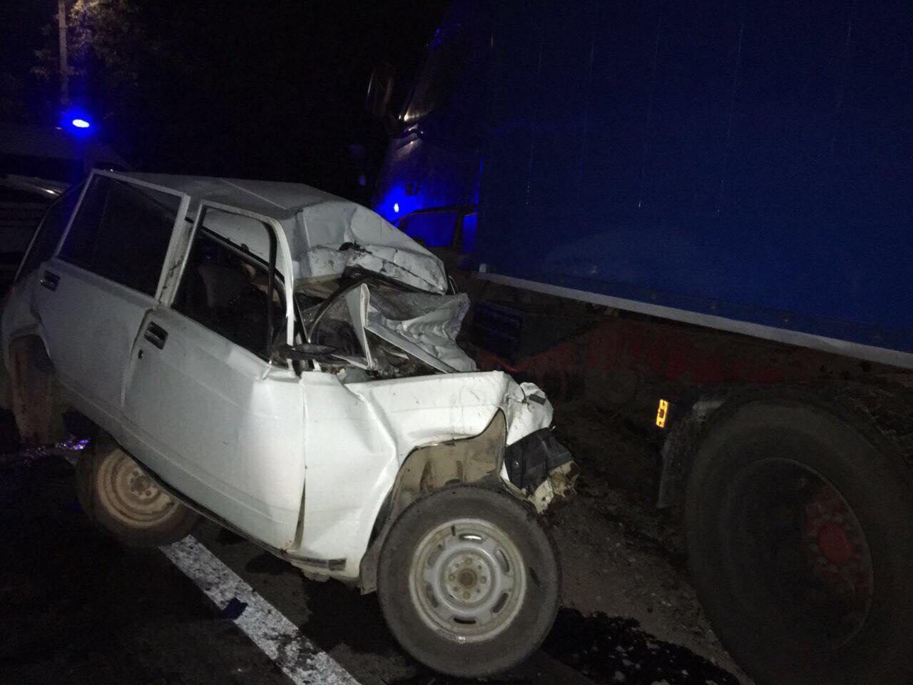 На Прикарпатті ВАЗ врізався у вантажівку: водій та пасажир загинули 2