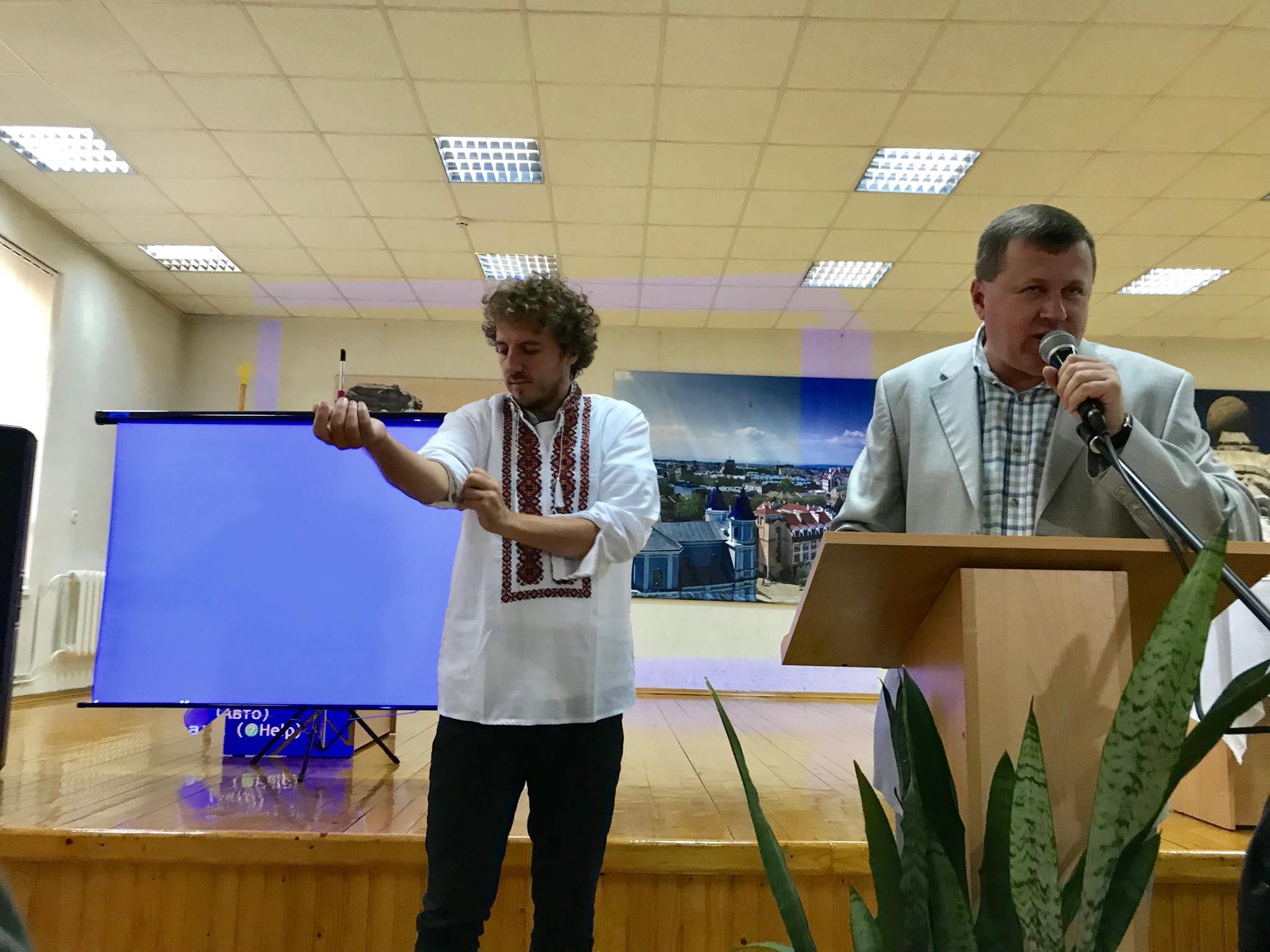 Євген Клопотенко у Франківську представив нове шкільне харчування і отримав вишиванку 10
