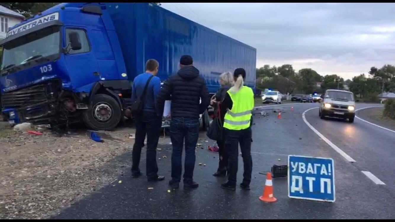 На Прикарпатті ВАЗ врізався у вантажівку: водій та пасажир загинули 4