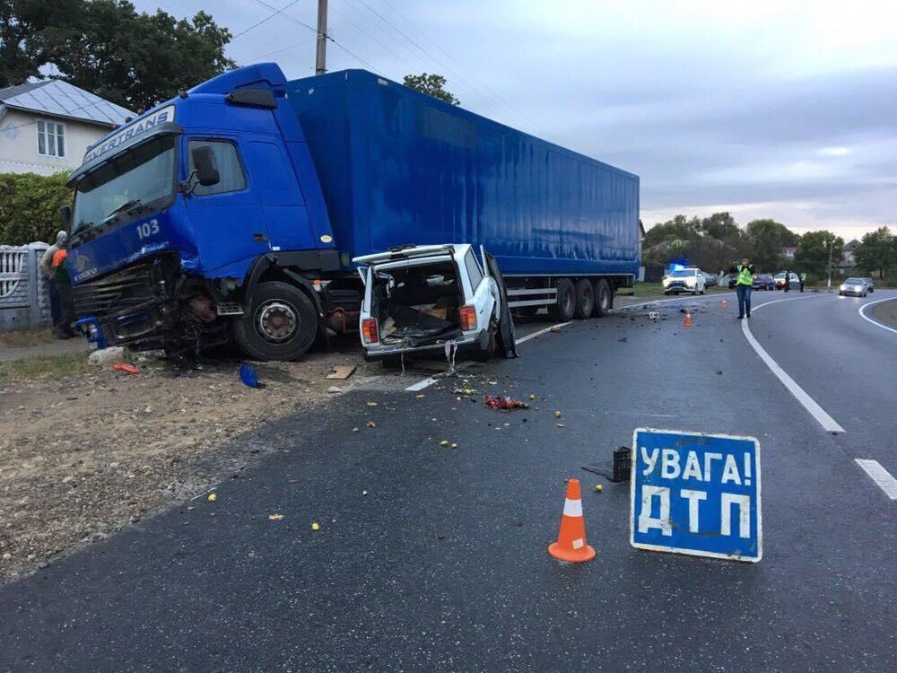 На Прикарпатті ВАЗ врізався у вантажівку: водій та пасажир загинули 6