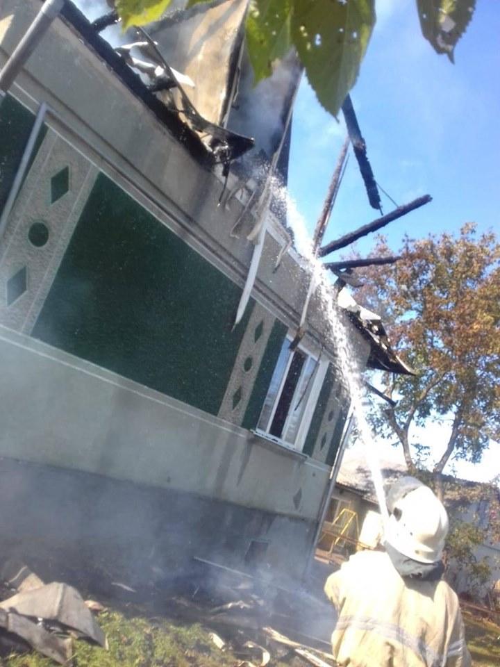 У Долині понад два десятки рятувальників гасили пожежу в будинку 4