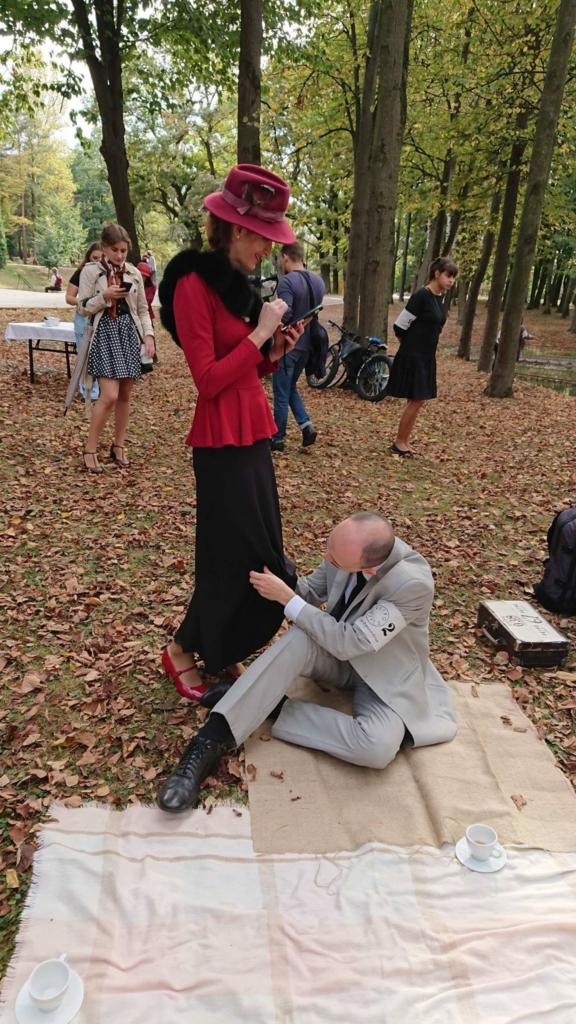 Учасники ретро круїзу на пікніку у Франківську кавували з акторами фільму «Віддана» 6