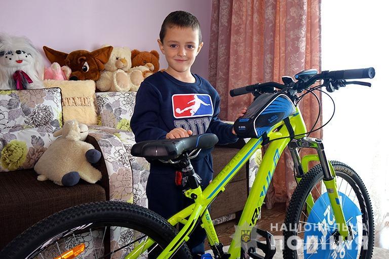 Прикарпатські правоохоронці подарували велосипед хлопчику, батько якого загинув на війні 2