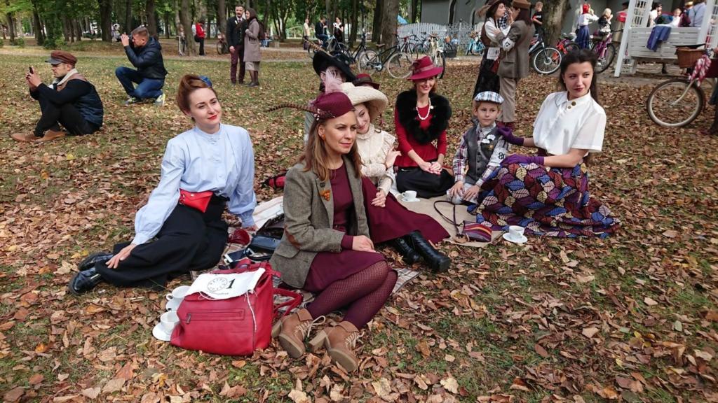 Учасники ретро круїзу на пікніку у Франківську кавували з акторами фільму «Віддана» 10