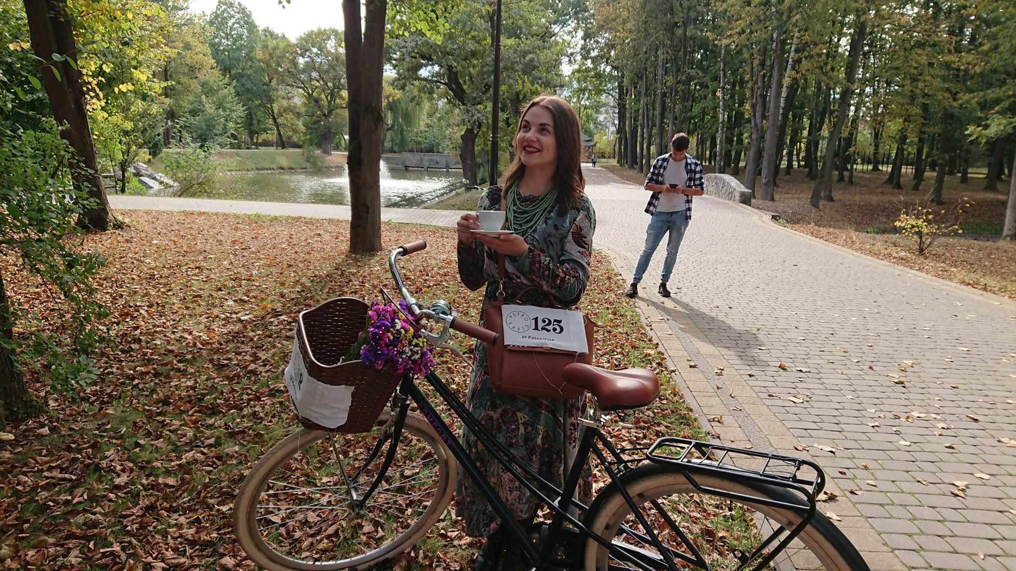 Учасники ретро круїзу на пікніку у Франківську кавували з акторами фільму «Віддана» 20