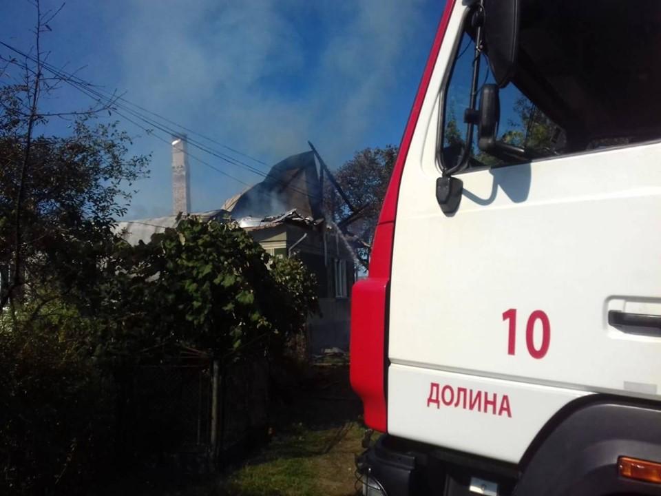 У Долині понад два десятки рятувальників гасили пожежу в будинку 10