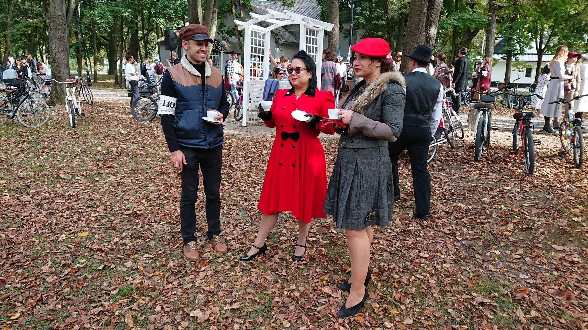 Учасники ретро круїзу на пікніку у Франківську кавували з акторами фільму «Віддана» 18