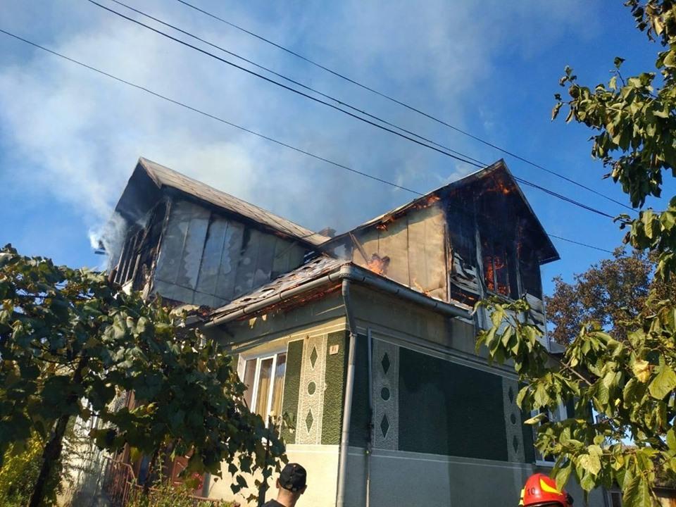 У Долині понад два десятки рятувальників гасили пожежу в будинку 12