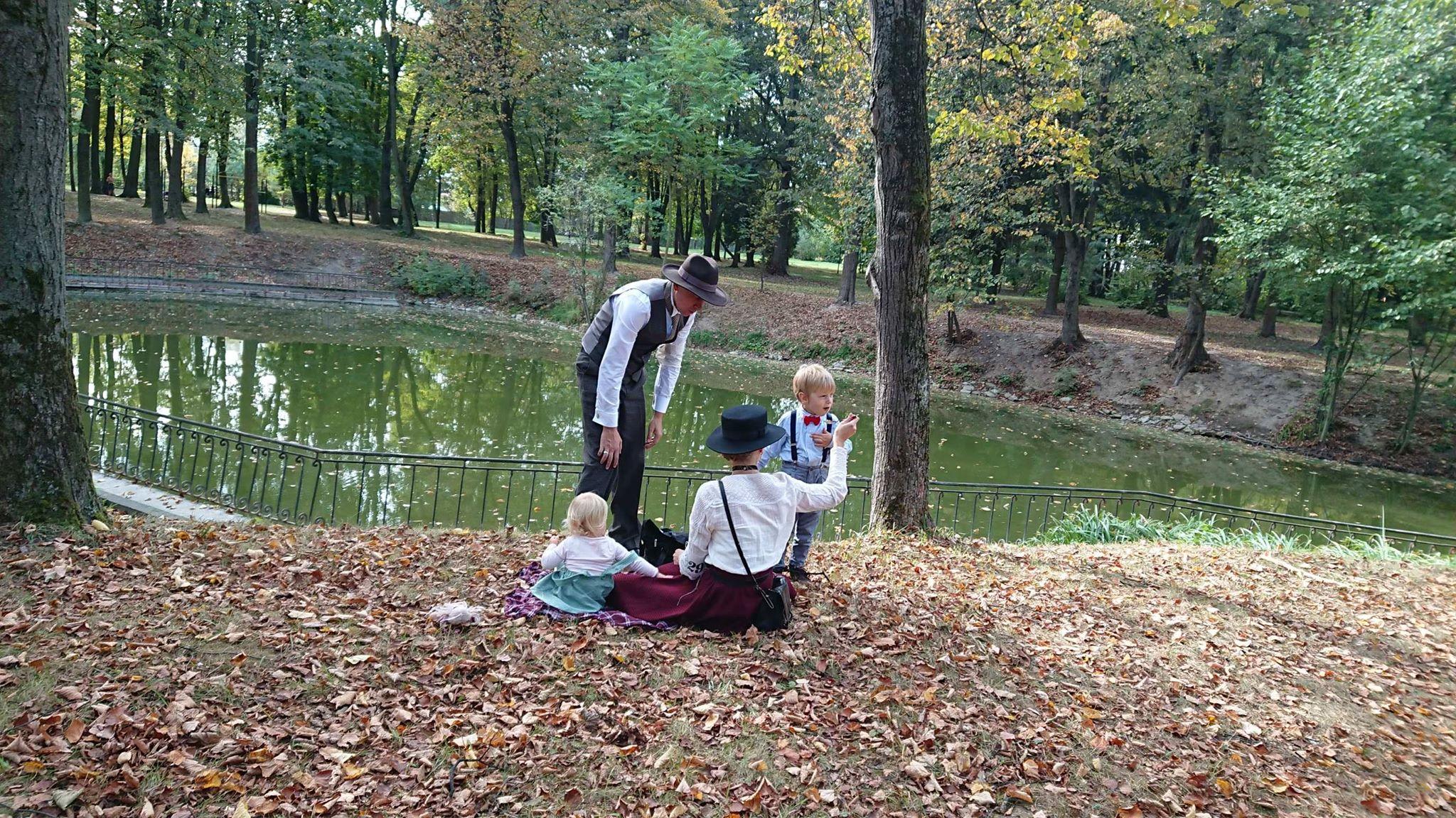 Учасники ретро круїзу на пікніку у Франківську кавували з акторами фільму «Віддана» 16