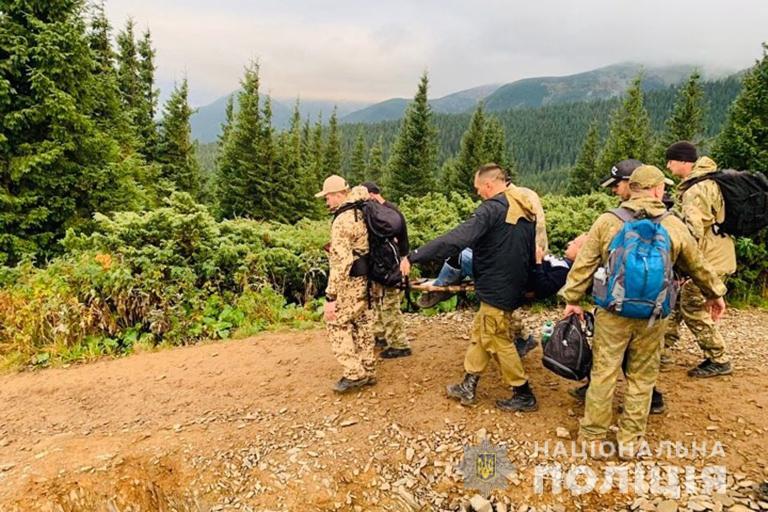 Прикарпатські поліцейські знесли з Говерли чоловіка, який пошкодив ногу 4