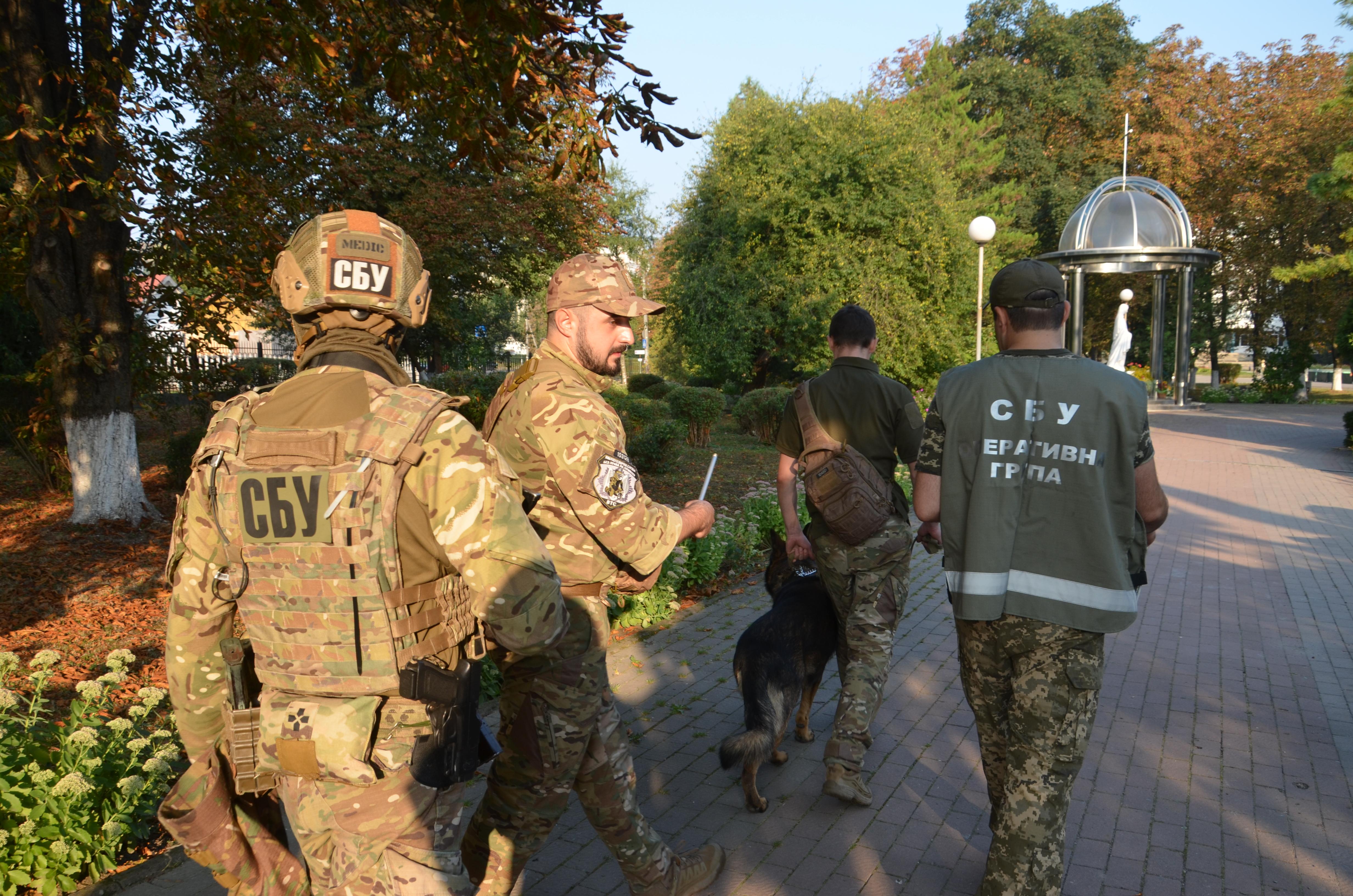 Перед святковими лінійками СБУ та поліція обстежили навчальні заклади у Франківську 3